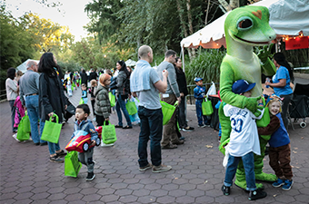 Kids-trick-or-treating-boo-at-the-zoo-Pop-Rocks